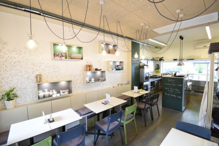 Architektur Bistro Kowalski Innenraum mit Blick in die Küche